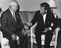 JFK y Nikita departiendo sobre las