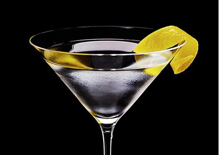Filigrana de limón, vodka, ginebra y quina Lillet; todo un Vesper Martini.